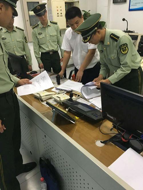 朝阳公安消防支队警官对三元大厦消防设施设备进行检查